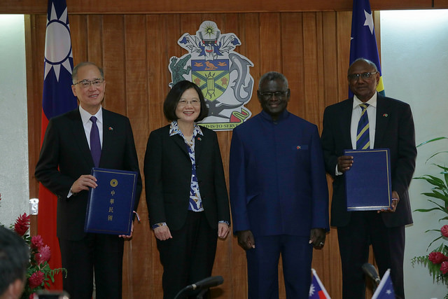 President Tsai witnesses the signing of a MOU on police cooperation between taiwan and the Solomon Islands.