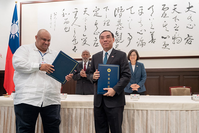President Tsai stands witness as Taiwan's Justice Minister and Belize's Attorney General and Minister for Legal Affairs sign a bilateral agreement to cooperate on anti-corruption issues.