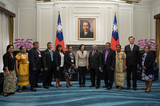 President Tsai poses for a photo with a delegation led by Kiribati House of Assembly Speaker Tebuai Uaai.