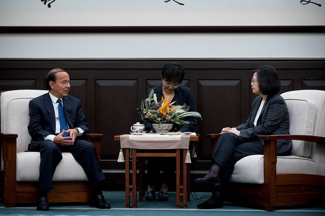 President Tsai meets with Salvadoran Minister of Public Works Gerson Martinez.