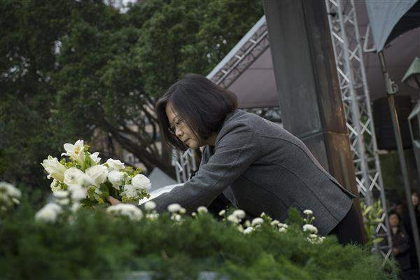 President Tsai lays flowers as a gesture of respect for the victims of the 228 incident.