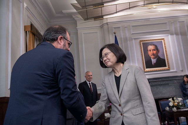 President Tsai shakes hands with a distinguished member of cross-group delegation from European Parliament.
