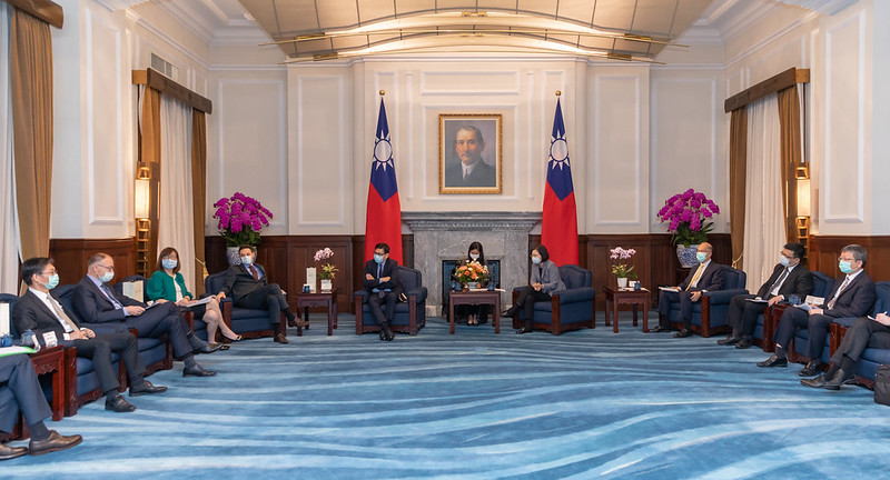 President Tsai meets with senior executives from the offshore wind industry and diplomatic representatives to Taiwan.