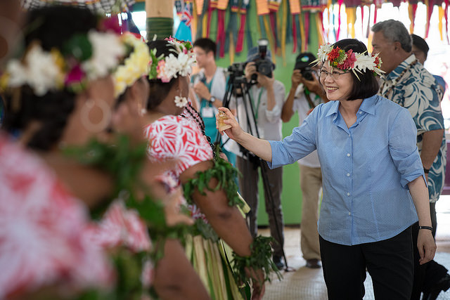 President Tsai sprinkles water on the performers, an act of approval and praise in Tuvalu culture.