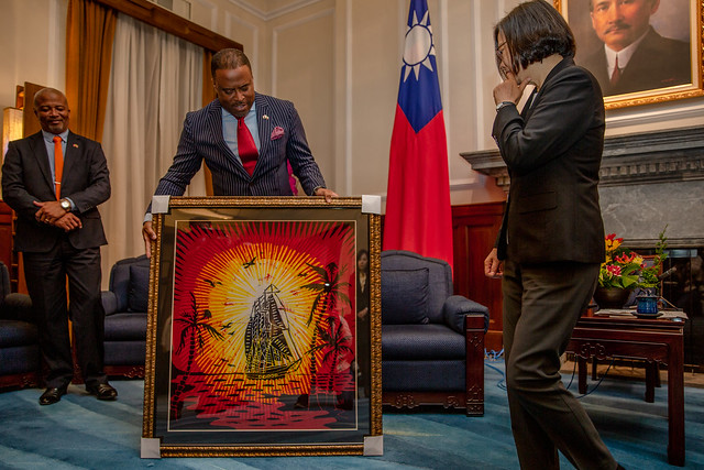 St. Christopher and Nevis Minister Mark A. G. Brantley presents the gift to President Tsai.