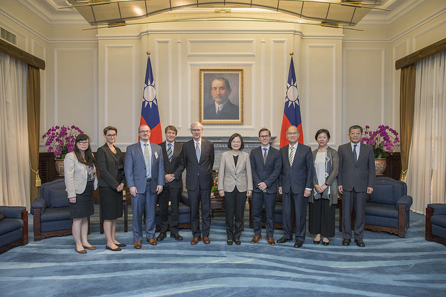 President Tsai poses for a photo with a delegation of scholars organized by the US Brookings Institution.