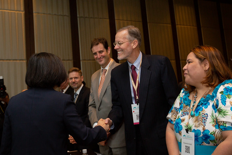 President Tsai shakes hands with the Yushan Forum attendees.