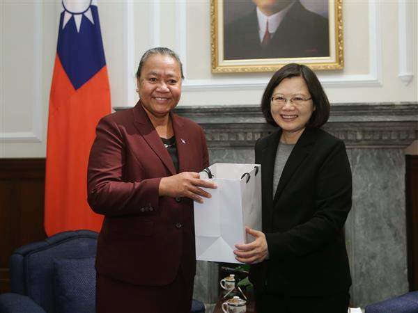 President Tsai exchanges gifts with new Tuvalu Ambassador to the ROC Limasene Teatu.