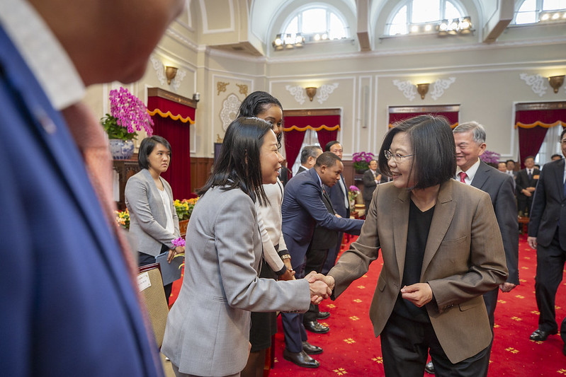 President Tsai meets with representatives from outstanding domestic and foreign companies.