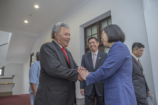 President Tsai welcomes Tuvalu Prime Minister Enele Sosene Sopoaga at the Presidential Office.