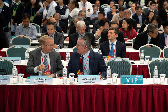 The business leaders and representatives exchange views at the 2018 Taiwan Business Alliance Conference.