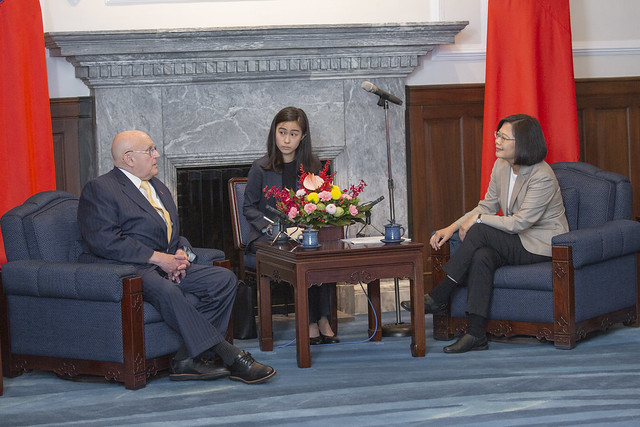 President Tsai exchanges views with Ambassador Richard Armitage, former US Deputy Secretary of State.