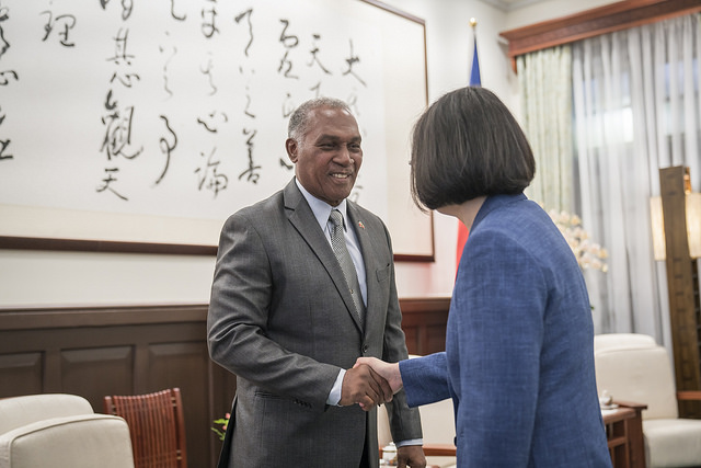President Tsai shakes hands with Senior Minister Vance Amory of Saint Christopher and Nevis.