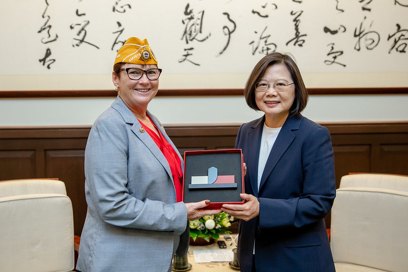 President Tsai meets with AMVETS National Commander Jan Brown.