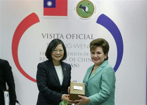After their meeting, President Tsai exchanges gifts with Secretary General Victoria Marina Velasquez de Aviles of the Central American Integration System (SICA).