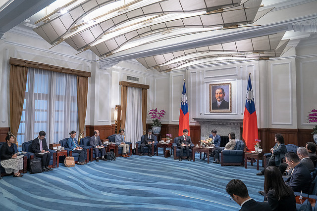 President Tsai meets with a cross-strait relations research group from University of Tokyo led by Professor Yasuhiro Matsuda.