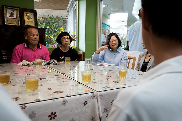 During her visit at the Level A Community Integrated Services Center in the Eastern District of Tainan City, President Tsai speaks about concrete actions taken by the government to implement Long-Term Care 2.0 Plan and the results that have been achieved.