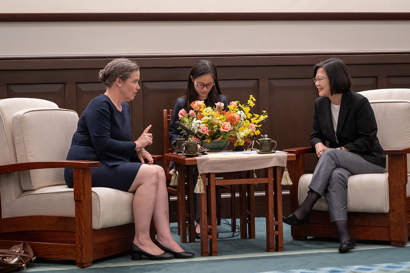 President Tsai exchanges views with Sandra Oudkirk, US Deputy Assistant Secretary of State for Australia, New Zealand and the Pacific Islands.
