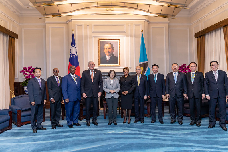 President Tsai poses for a photo with Saint Lucia Prime Minister Allen Chastanet.