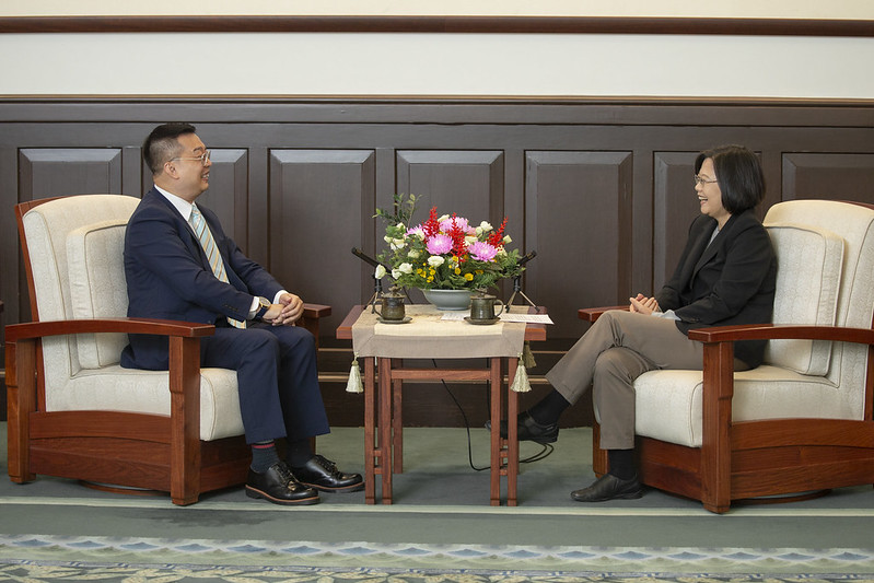President Tsai exchanges views with Singapore Trade Office in Taipei Representative Simon Wong Wie Kuen.