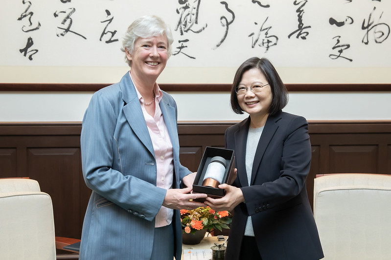 President Tsai presents British Office Taipei Representative Catherine Nettleton with a gift.