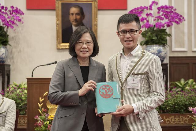 President Tsai receives a gift from a student of Taiwan's delegation to the 2017 International Youth Ambassadors Exchange Program.