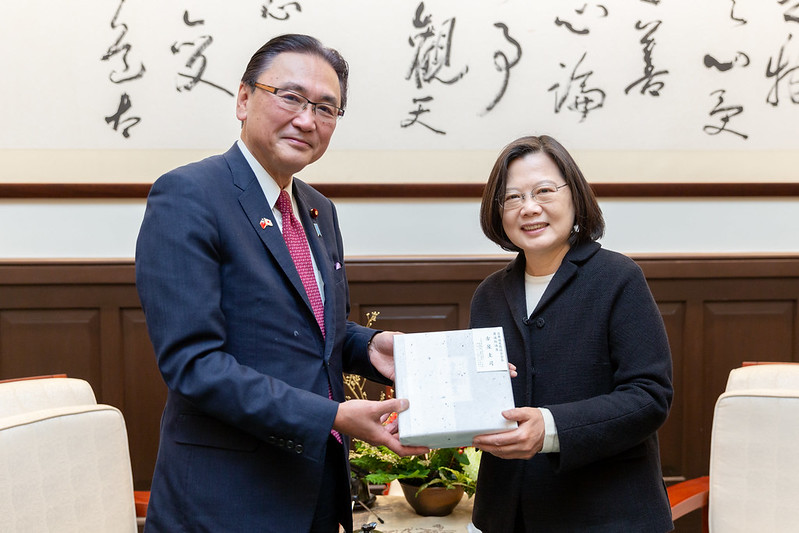 President Tsai receives a gift from Keiji Furuya, Chairman of Japan-ROC Diet Members' Consultative Council.