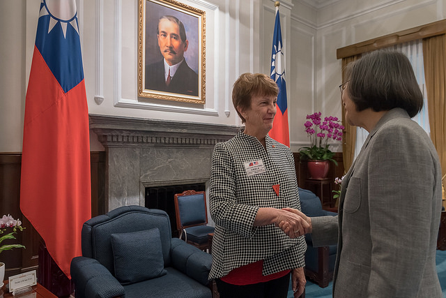 President Tsai shakes hands with Ambassador Susan Elliott, President and CEO of the National Committee on American Foreign Policy.