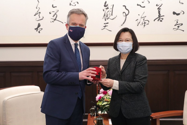 President Tsai presents British Office Taipei Representative John Dennis with a gift.