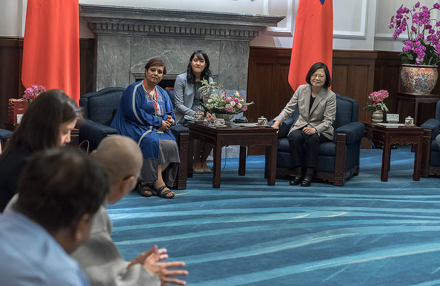 President Tsai meets with participants attending the Taiwan Foundation for Democracy 15th anniversary conference.