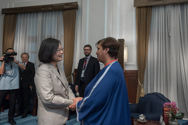 President Tsai shakes hands with a participant attending the Taiwan Foundation for Democracy 15th anniversary conference.