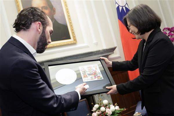 President Tsai receives a gift from Mayor Nayib Bukele of San Salvador, the capital of the Republic of El Salvador.