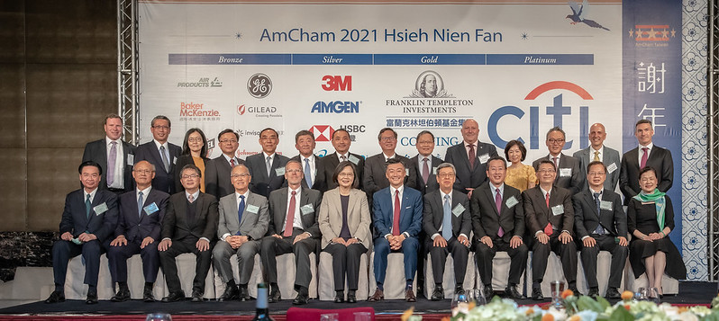 President Tsai poses for a photo with guests attending the AmCham Taiwan 2021 Hsieh Nien Fan.