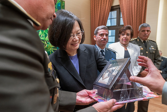 President Tsai receives a gift from a participant of an international training course organized by the Ministry of National Defense.