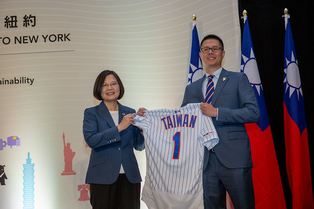 "Mr. Wang Wei-cheng presents President Tsai with a New York Mets No. 1 jersey with the word ""Taiwan"" on the back."