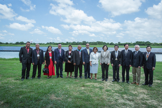 President Tsai accompanies Marshall Islands President Heine to the Southern Taiwan Science Park Bureau and the Tree Valley Park.