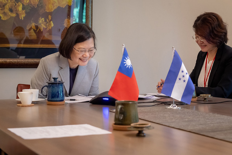 Honduran President Juan Orlando Hernández congratulates President Tsai Ing-wen on her re-election by telephone.