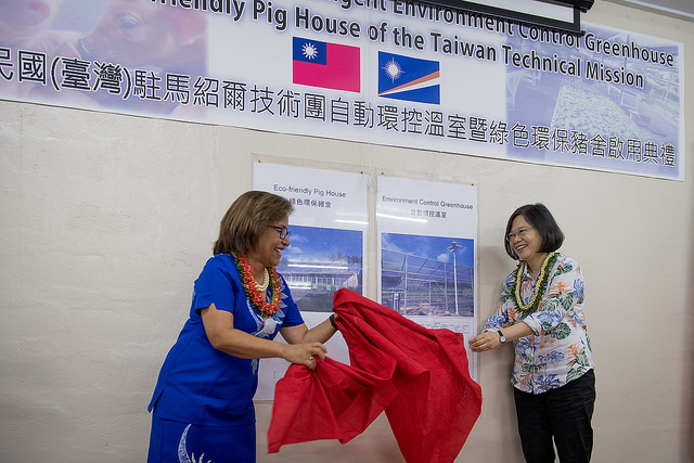 "President Tsai inspects the ROC technical mission in the Marshall Islands and attends the opening of a climate-controlled greenhouse and a ""green"" pig farm."