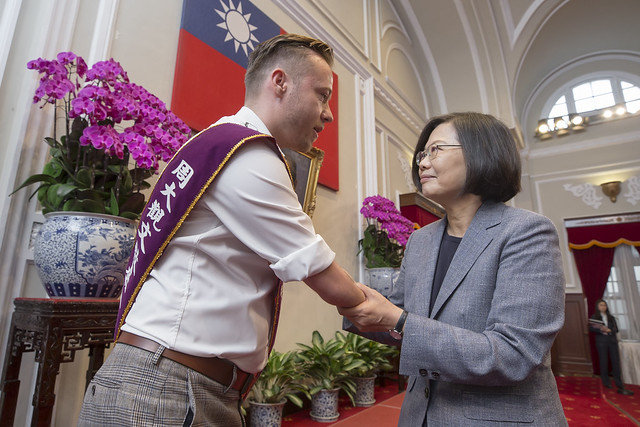 President Tsai meets with the winners of the 22nd Fervent Global Love of Lives Medals.