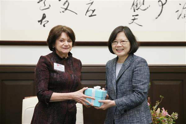 President Tsai presents a gift to Rosemary DiCarlo, President of the National Committee on American Foreign Policy.