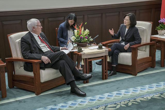President Tsai Ing-wen exchanges views with a delegation from the US Center for Strategic and International Studies.