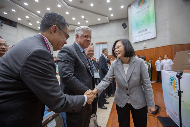 President Tsai shakes hands with participants attending the Taiwan International Religious Freedom Forum.
