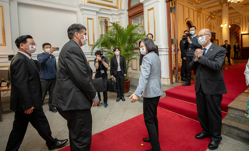 President Tsai greets President Whipps at the Taipei Guest House main entrance.