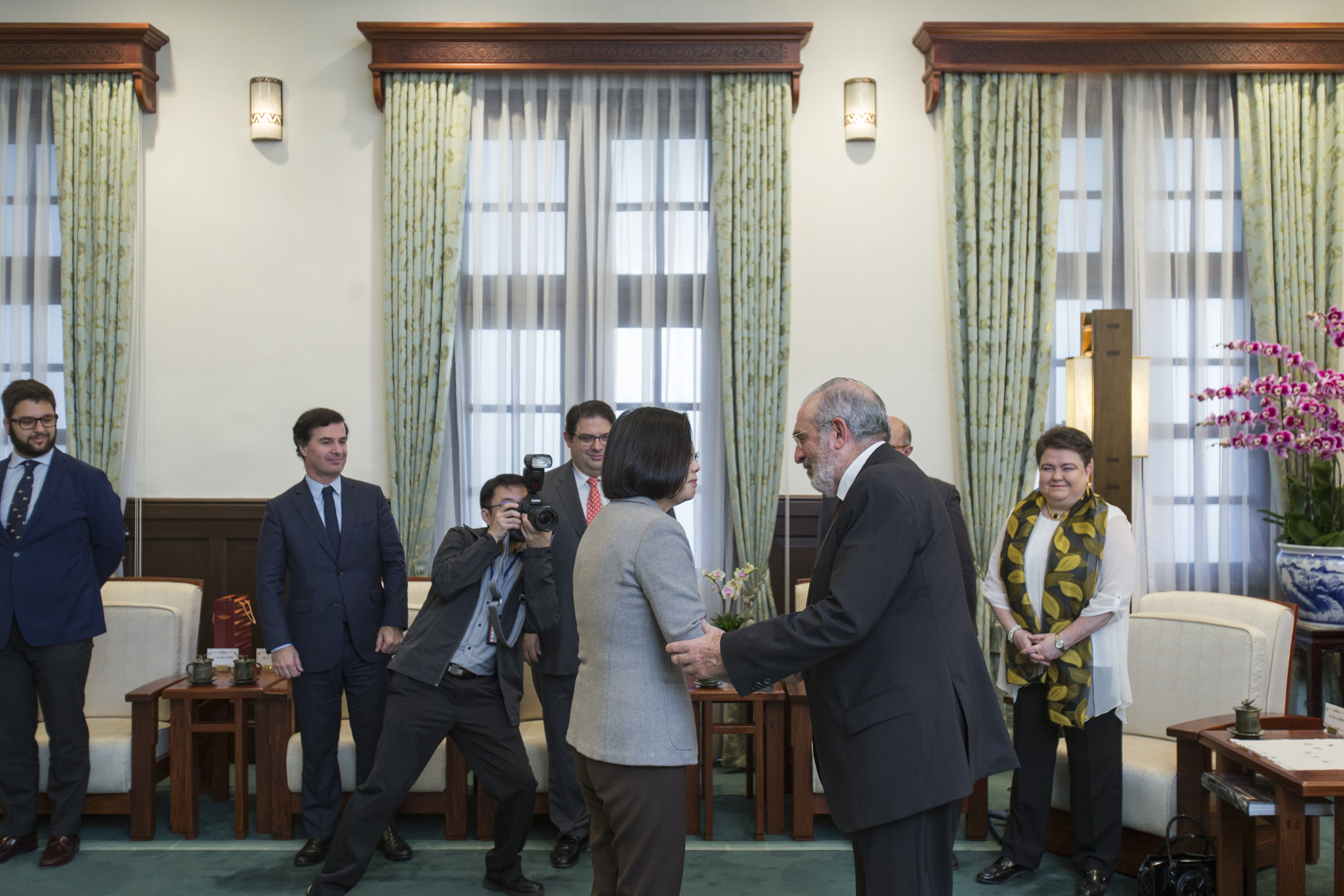 President Tsai shakes hands with a delegation from the European Parliament.