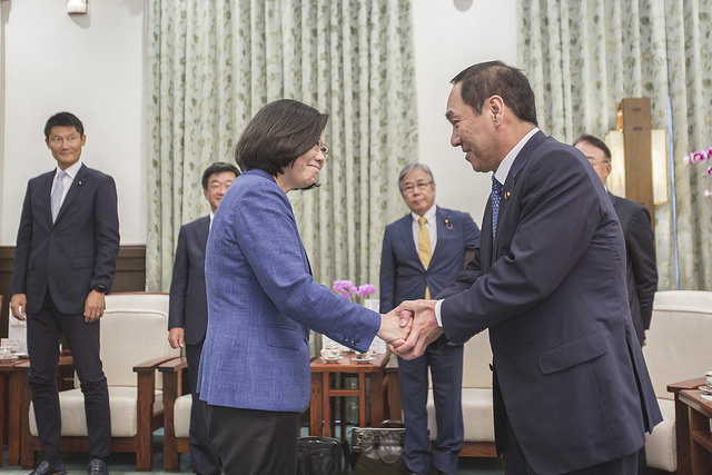 President Tsai shakes hands with Member of the Japanese House of Councillors Satoshi Nakanishi from the Liberal Democratic Party.
