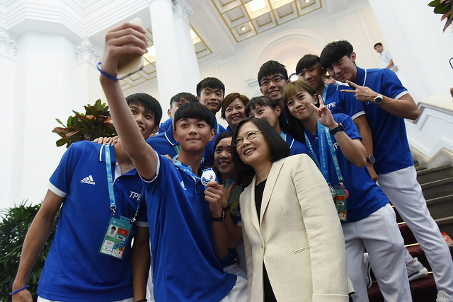 President Tsai poses for a photo with 2017 Universiade athletes from Taiwan.