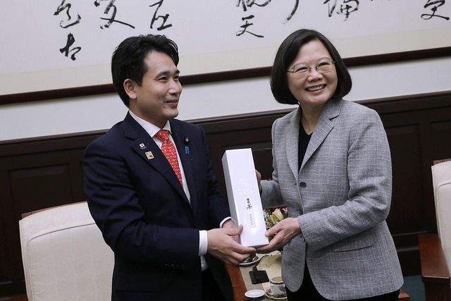 President Tsai receives a gift from Japan's House of Councillors Member Hirofumi Takinamia.