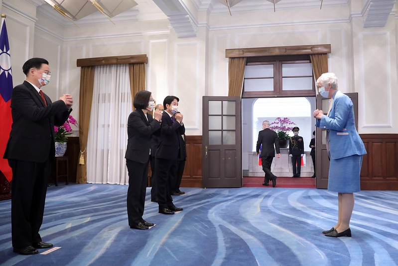 President Tsai, accompanied by Vice President Lai, receives congratulations from foreign guests.