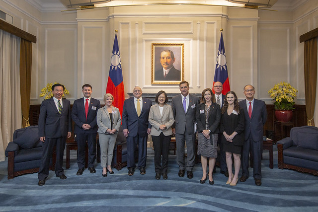 President Tsai poses for a group photo with scholars and experts from the Project 2049 Institute.