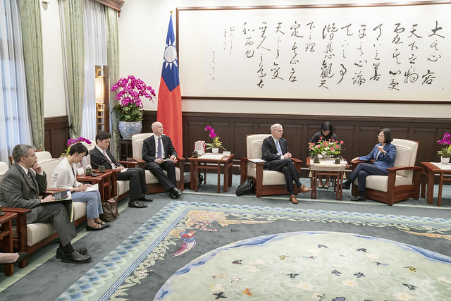 President Tsai Ing-wen meets with US and Japanese political science scholars from Brookings Institution.